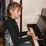 У пианино Лена